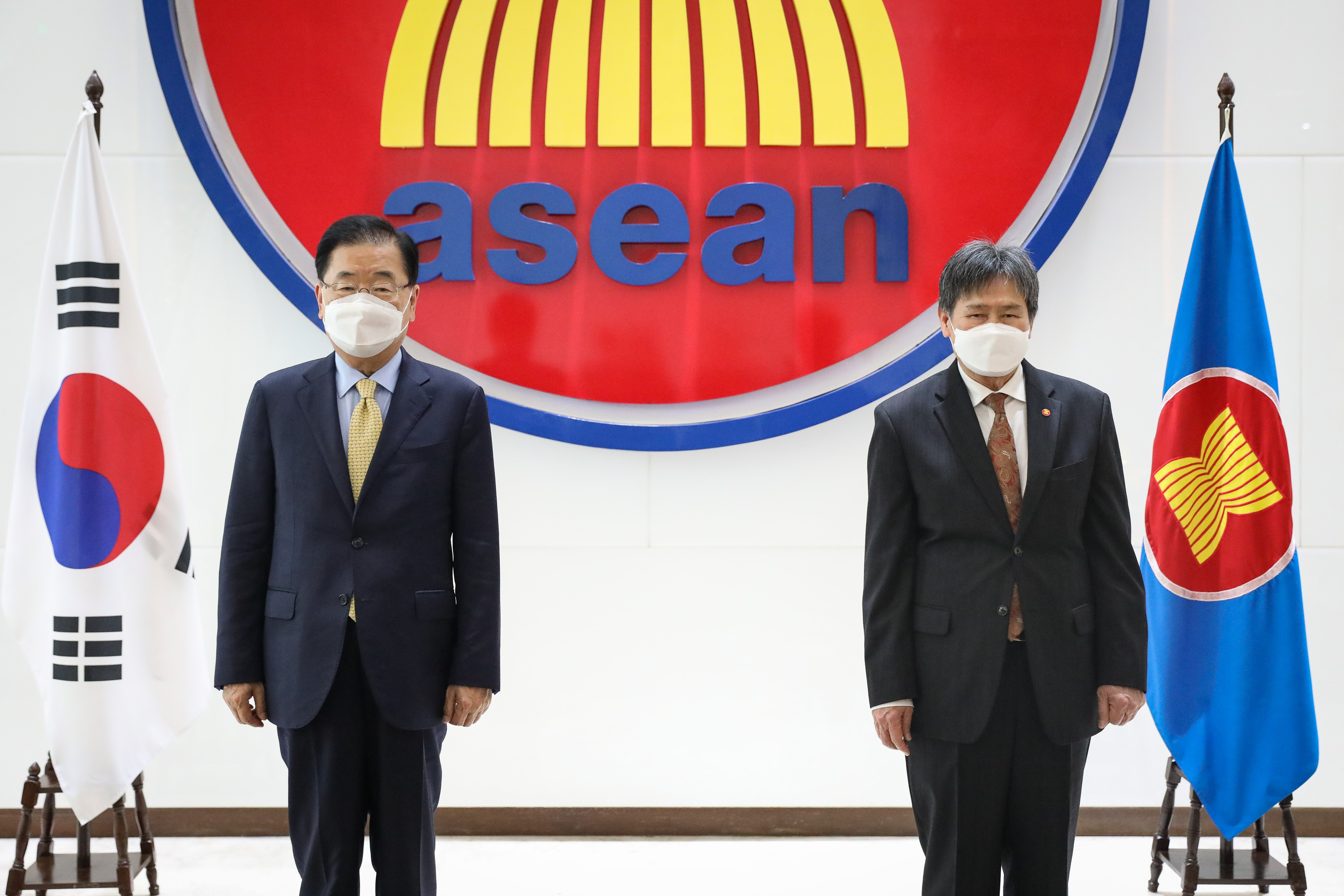 Foreign Minister Meets with Secretary-General of ASEAN Lim Jock Hoi