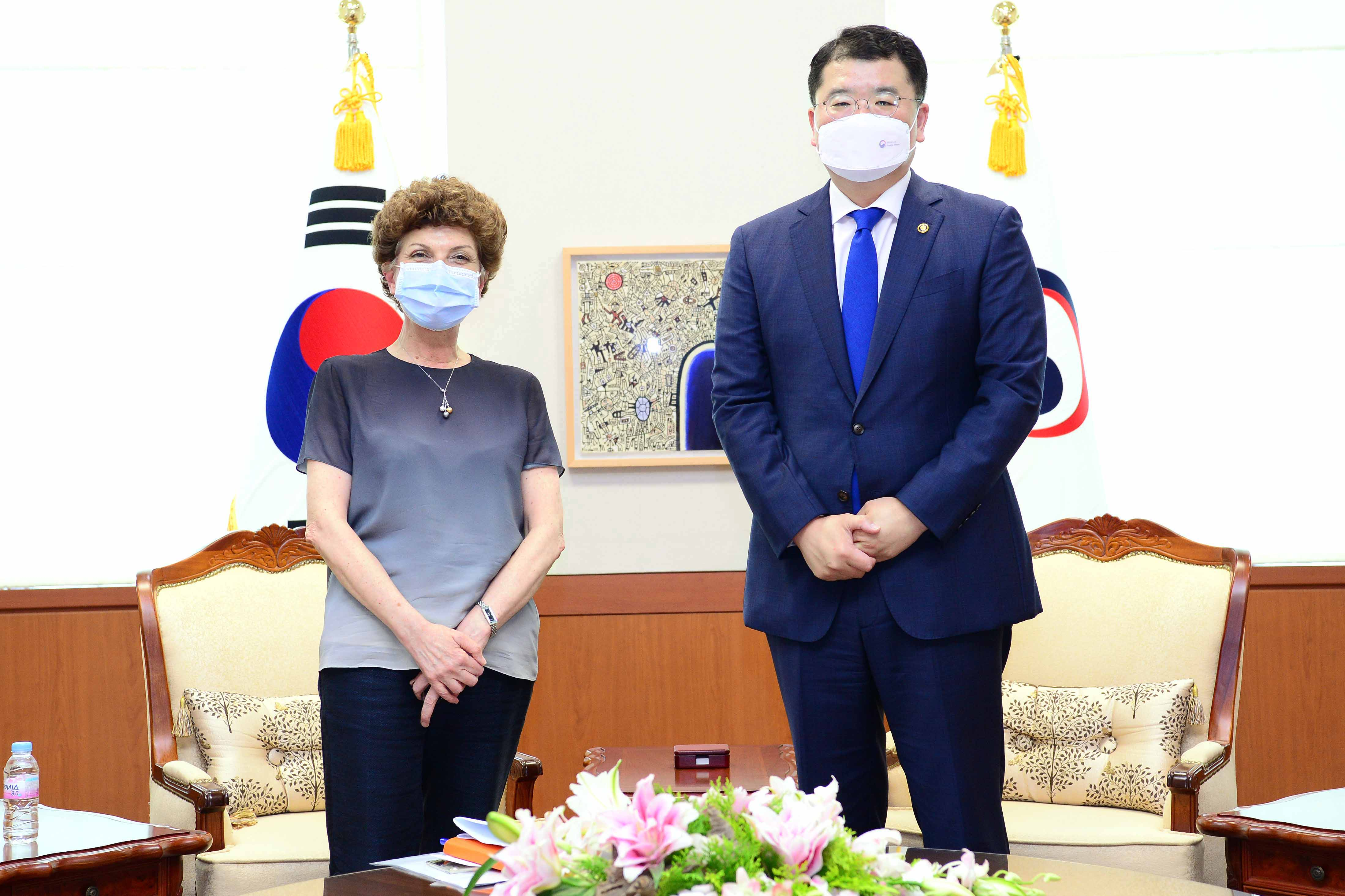 Vice Minister of Foreign Affairs Choi Jong Kun Meets with Outgoing Greek Ambassador to Korea