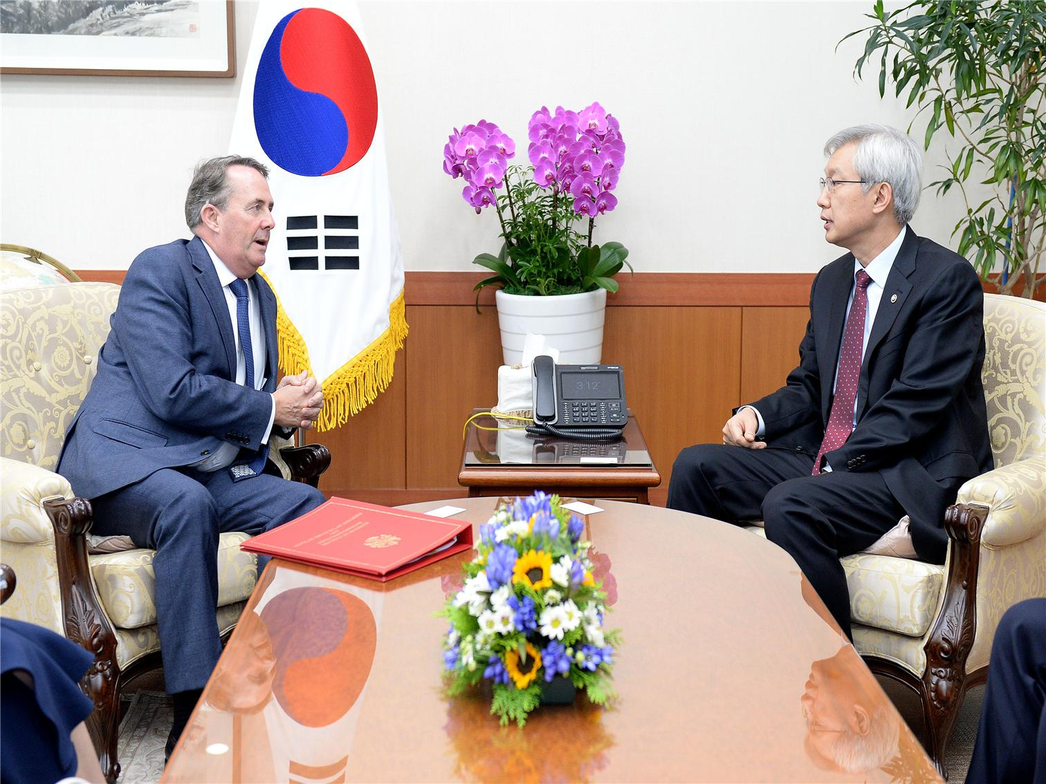 Vice Foreign Minister Lee Meets with UK Secretary of State for International Trade