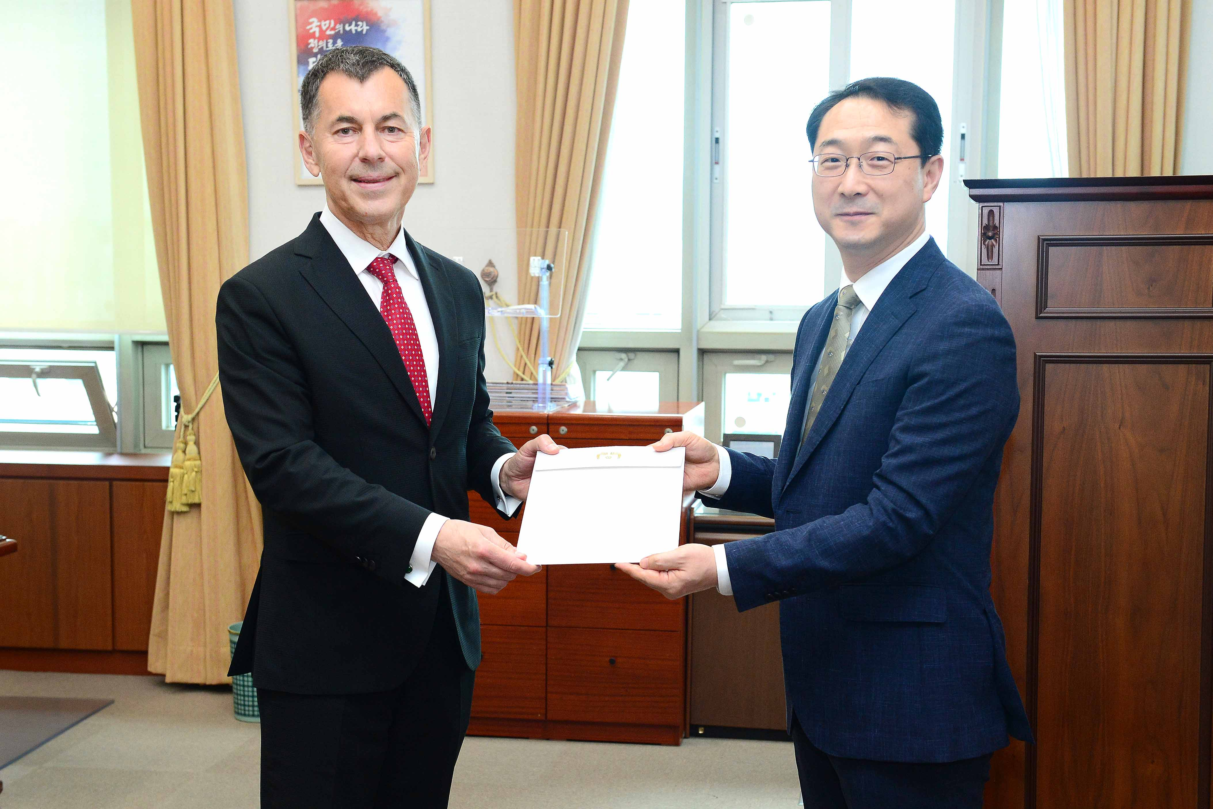 ROK and Czech Presidents Exchange Celebratory Letters to Mark 30th Anniversary of Establishment of Diplomatic Relations